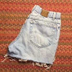 VINTAGE LEE DISTRESSED CUT OFF MOM SHORTS